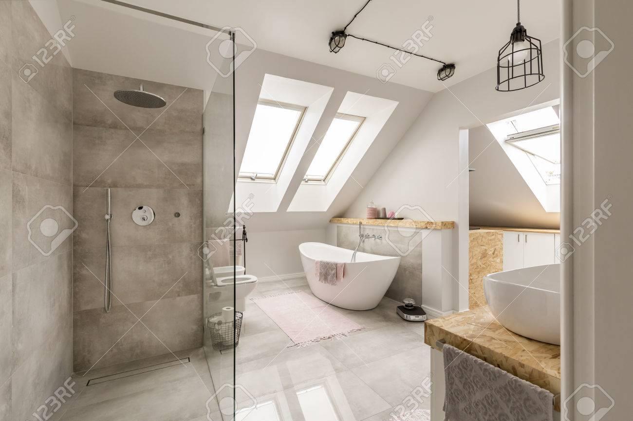 Modernes Bad Interieur Mit Minimalistischen Dusche Und Beleuchtung