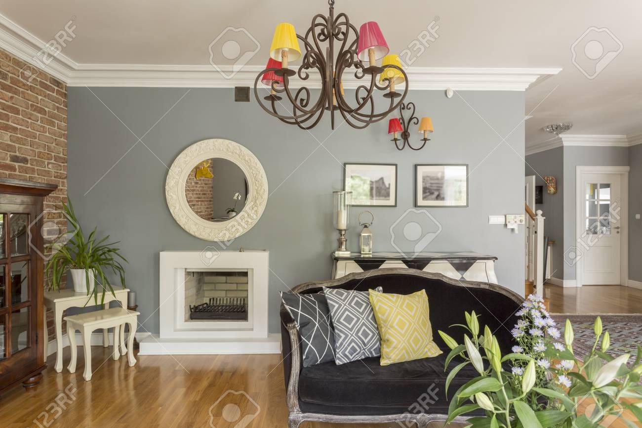 Modernes Wohnzimmer Voller Farben, Verschiedene Muster Und Möbel In  Verschiedenen Designs, Mit Dem Kamin