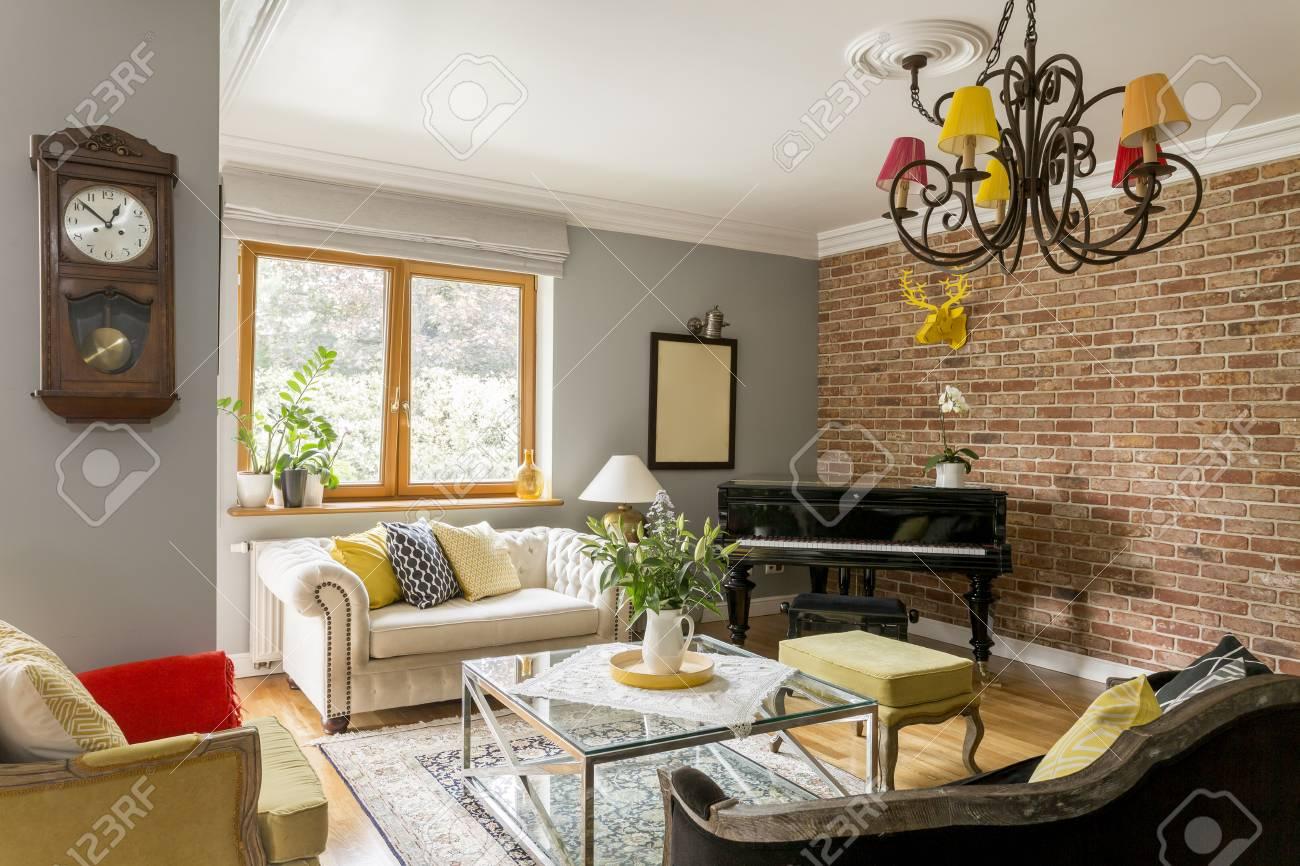 Uberlegen Modernes Wohnzimmer Voller Farben, Verschiedene Muster Und Möbel In  Verschiedenen Designs, Mit Sofas,