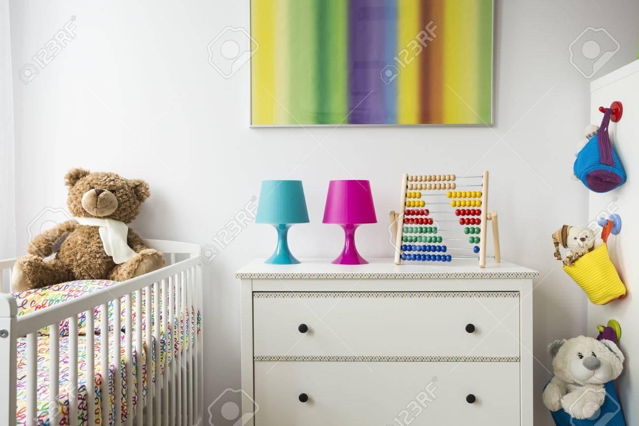 Partie D\'une Chambre D\'enfant Adorable Avec Berceau, Commode Et ...