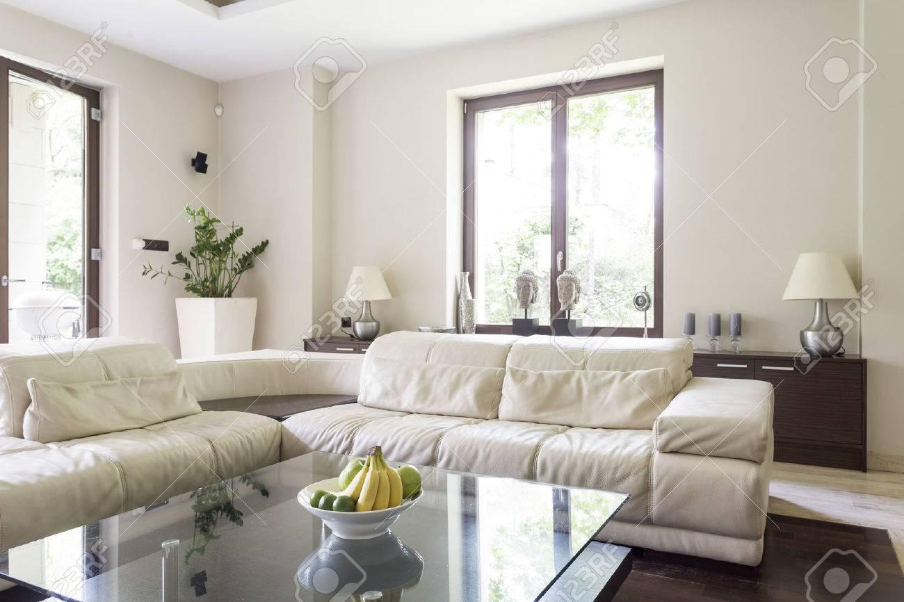 banque dimages lumineux intrieur salon avec grand canap dangle table basse vitre une commode des lampes et deux fentres