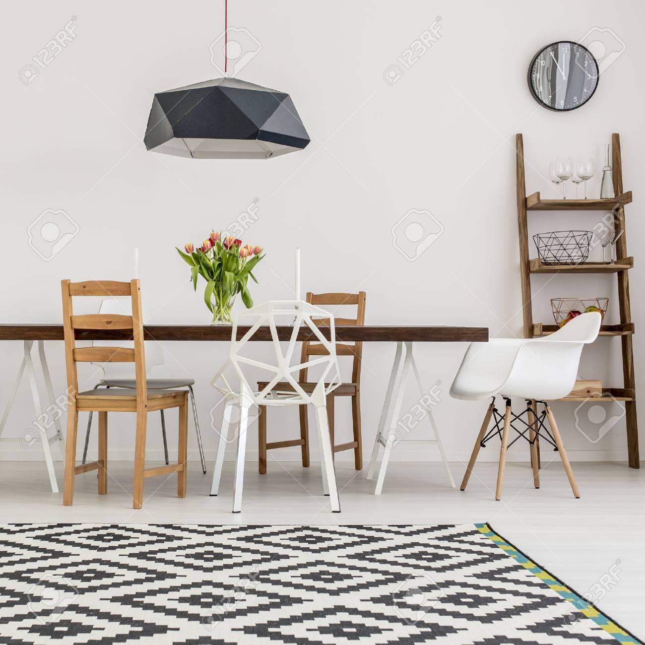 Shot Von Einem Tisch Und Verschiedene Stuhle In Einem Esszimmer