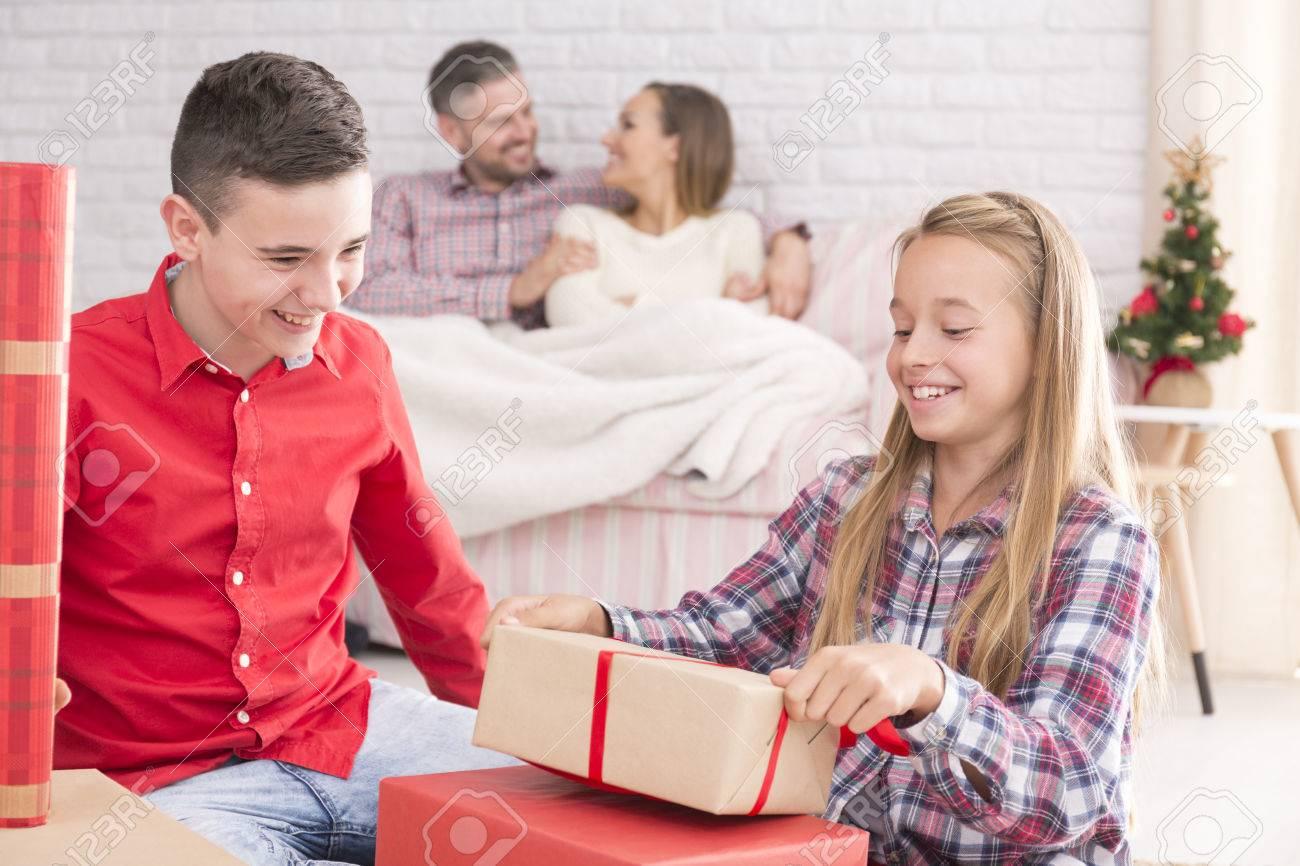 Schwester Und Abwickeln Weihnachten Bruder Geschenke, Glückliche ...