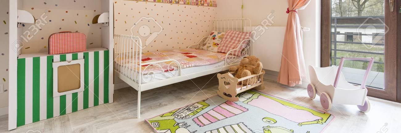 La Camera Da Letto Della Bambina Variopinta Con Letto In Metallo E ...