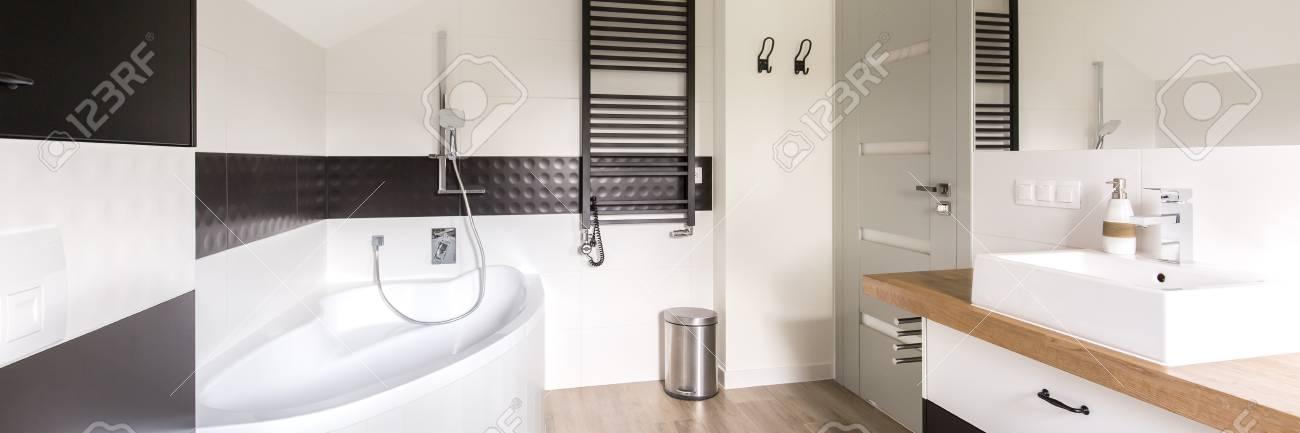 Minimalist Und Ein Modernes Bad In Schwarz Und Weiß, Mit Eckbadewanne,  Schwarz Heizung Und