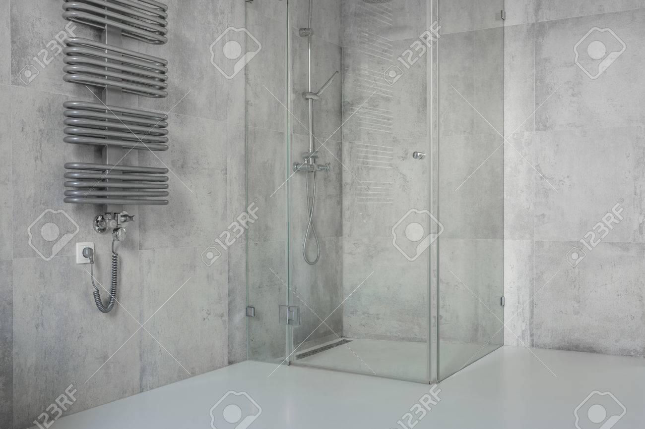 die geräumigen, modern, minimalistische badezimmer mit betonplatten