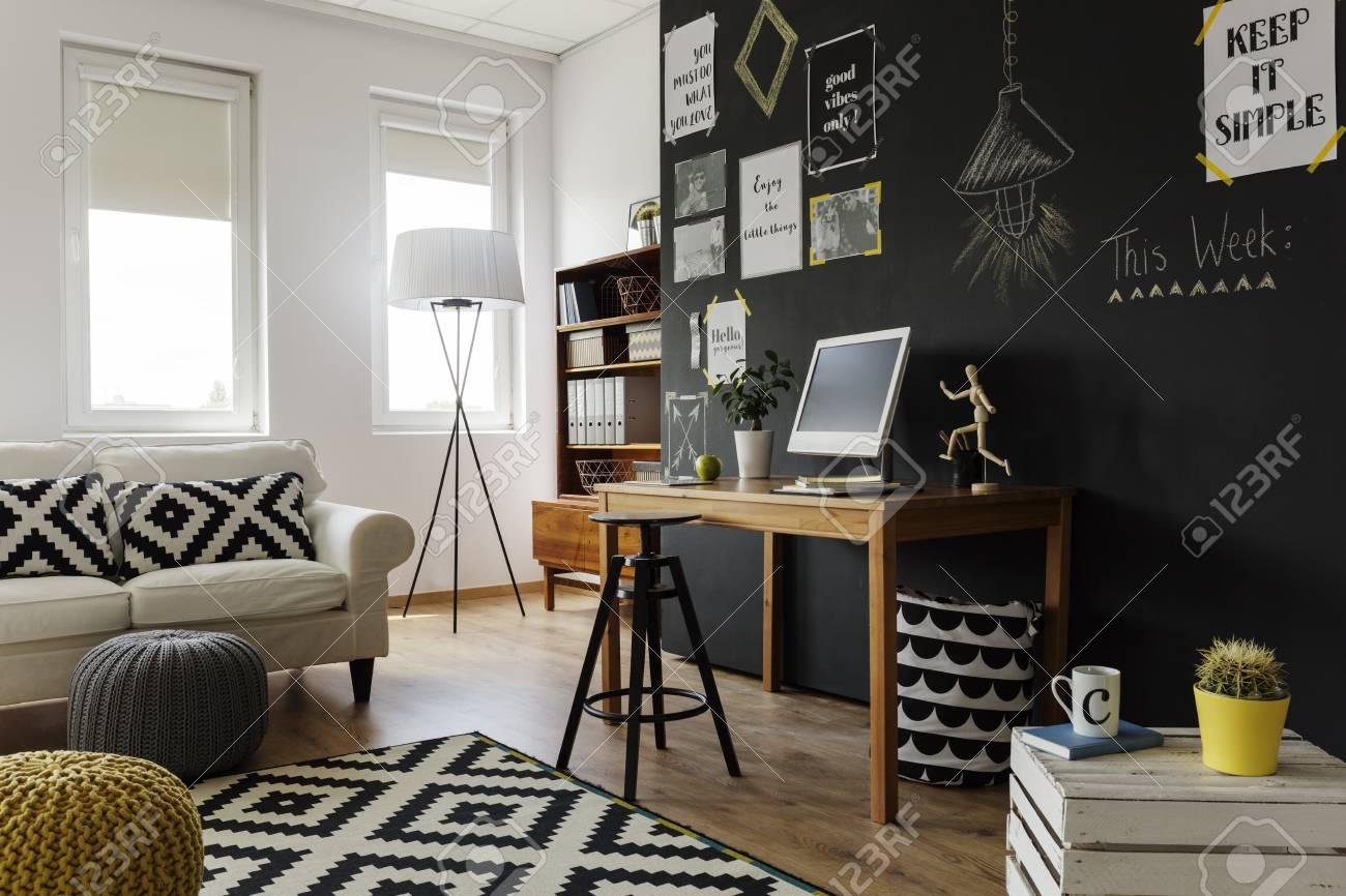 Banque dimages lappartement de grande ville contemporaine avec des objets de décoration et des meubles dans des couleurs naturelles
