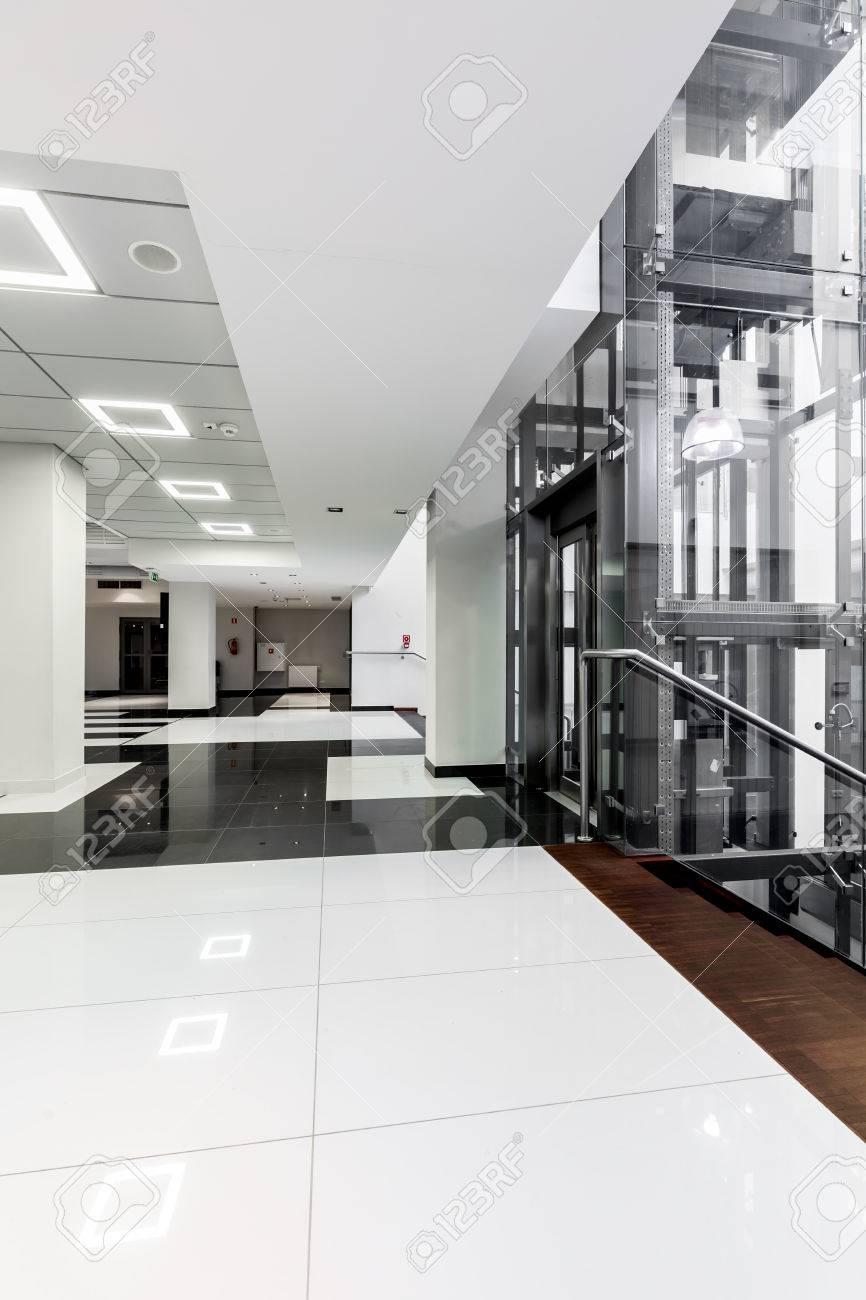 Couloir Noir Et Blanc Moderne Avec Plafond Blanc Avec Retro