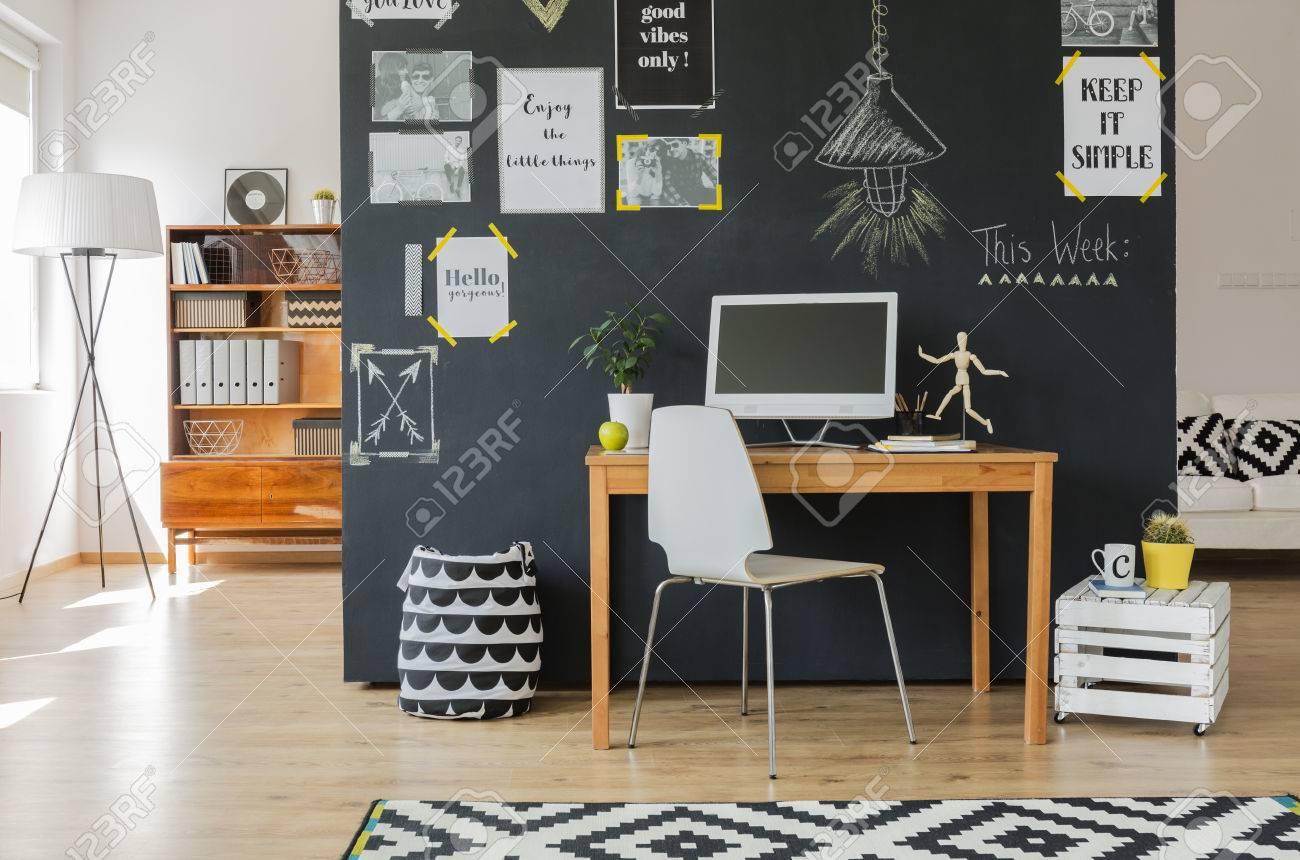 Espace de travail créatif avec ordinateur de bureau et accessoires