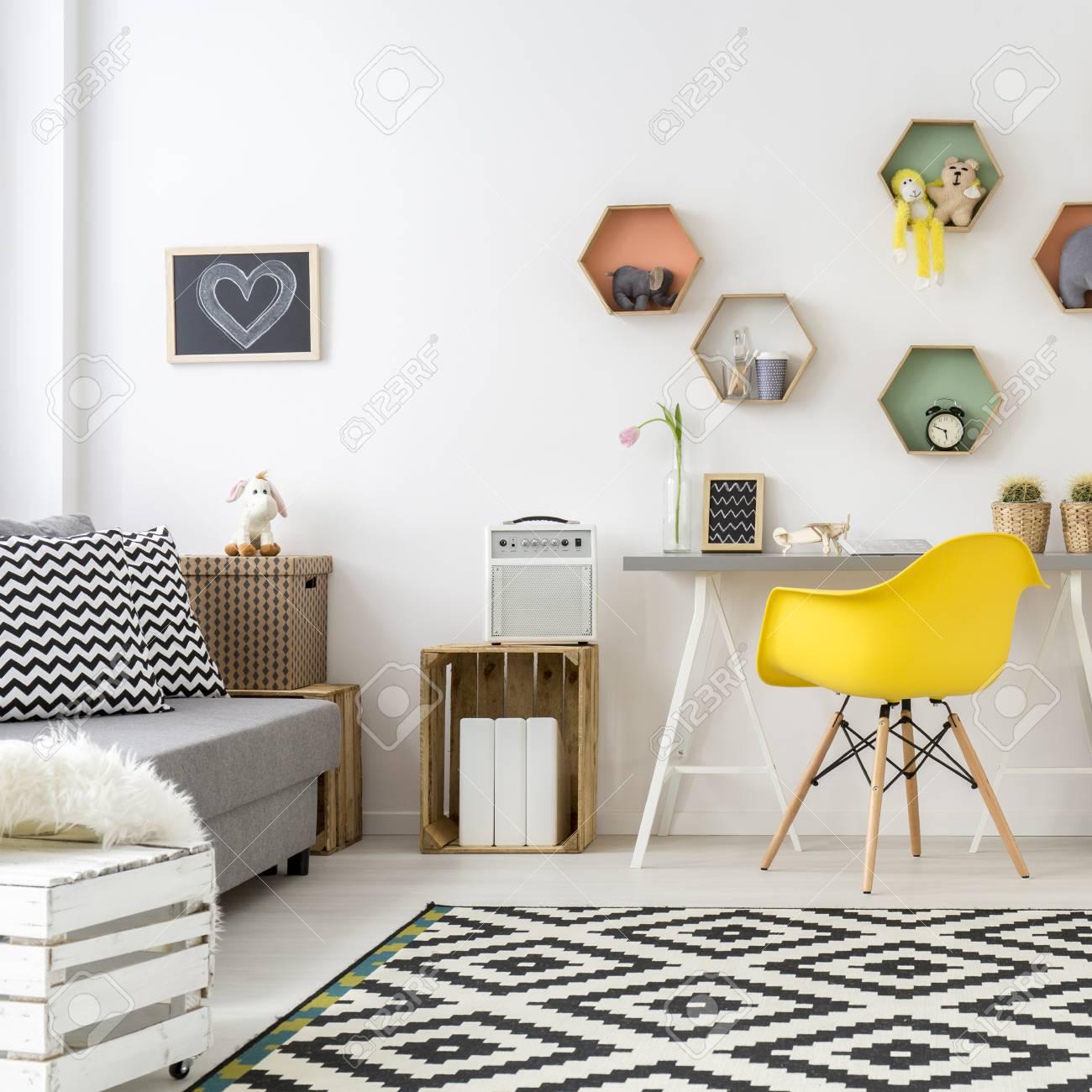 Espaciosa Habitación Blanca Y Acogedora Para Adolescentes