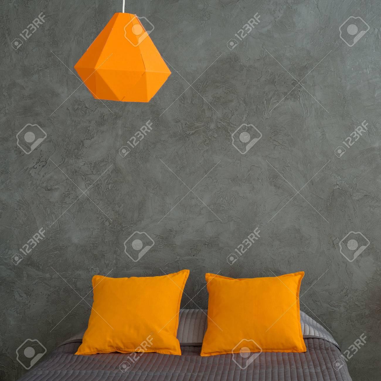 Chambre Avec Des Murs Gris Et Du Lit Et Des Ajouts Colorés. Coussins ...