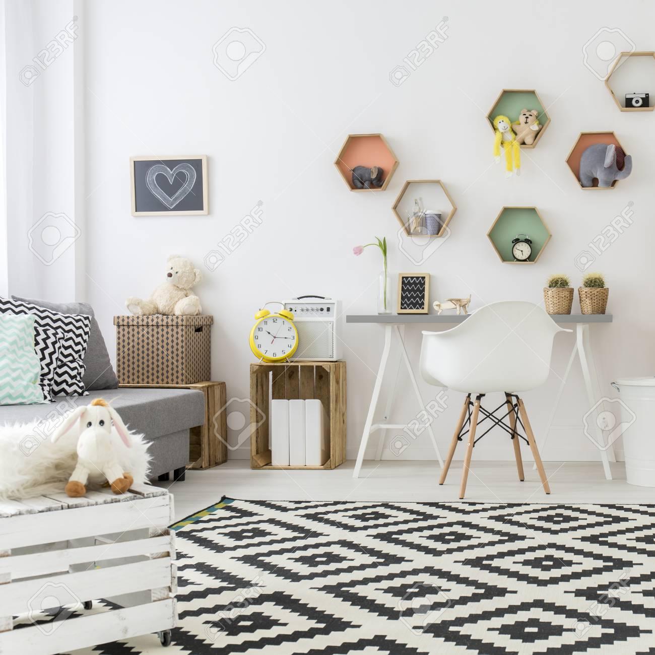 Amplia Habitacion Para Ninos Con Alfombra Blanca Y Negra Fotos