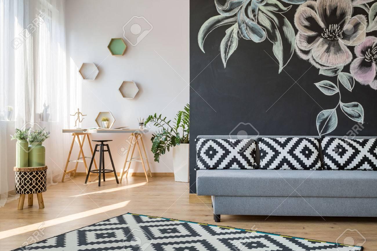 Dekorative Bilder Wohnzimmer ~ Geräumiges wohnzimmer mit sofa und dekorative tafel wand
