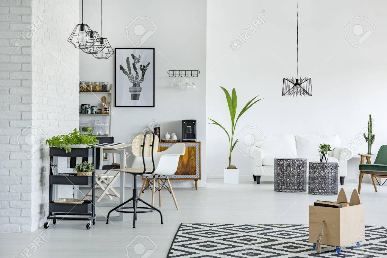 Weiße Wohnung Mit Mustern Teppich, Wand, Tisch Und Sofa Lizenzfreie ...