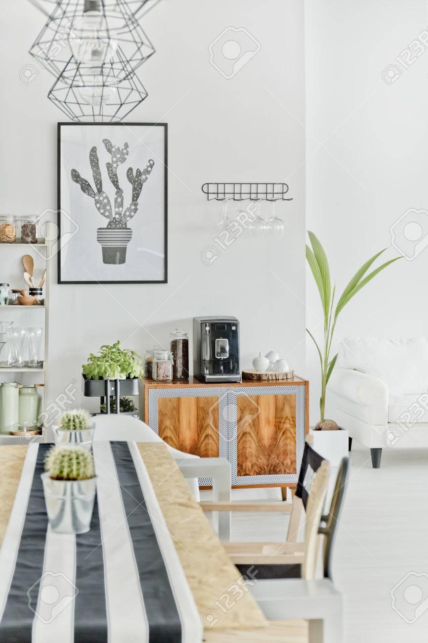 Salle à manger moderne avec table en bois, chaise et lampe suspension