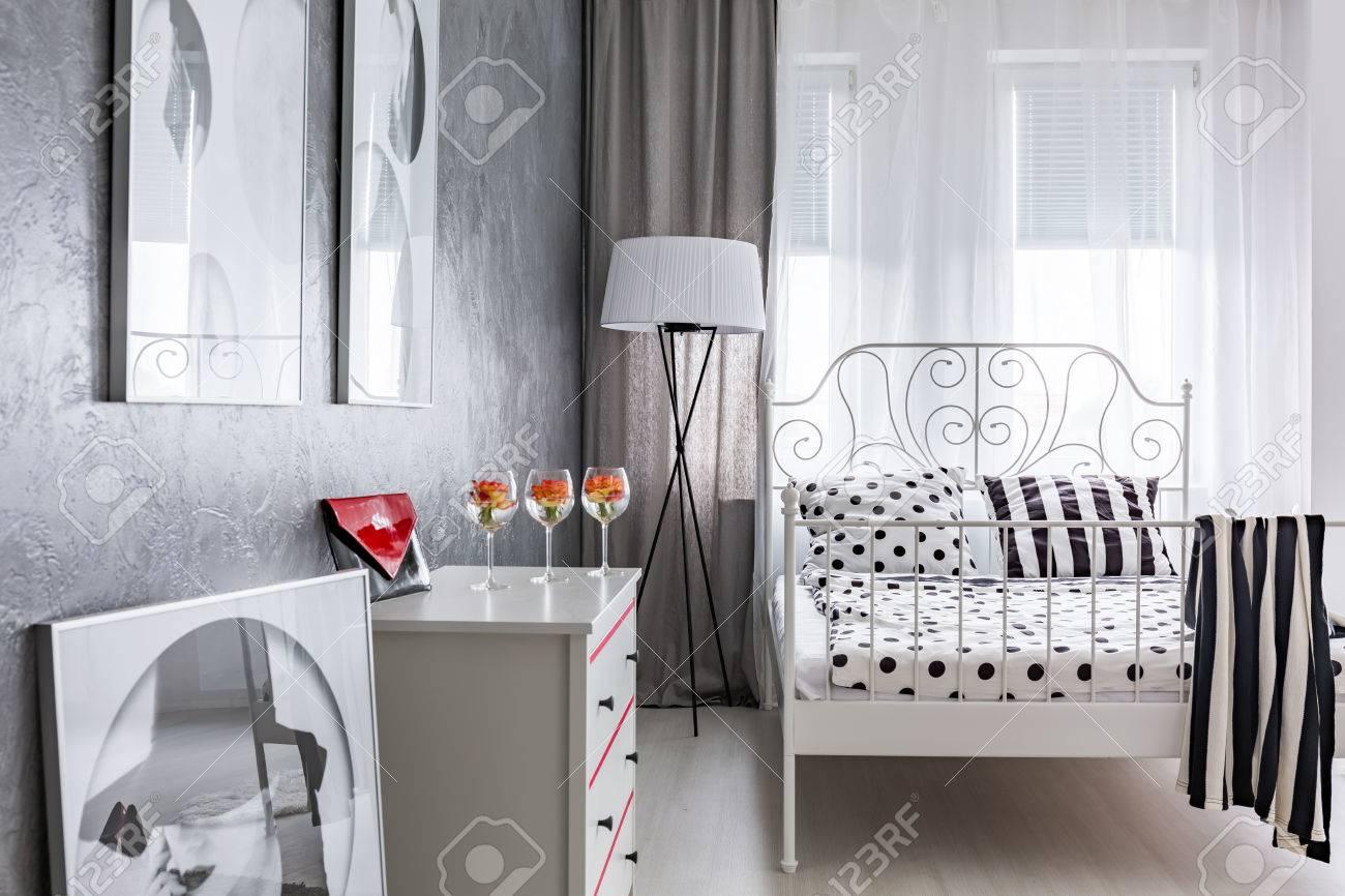 Graues Schlafzimmer Mit Fenster Und Weißem Metallgestell Bett ...