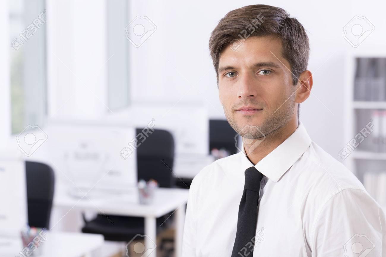 Ufficio Elegante Jobs : Uomo più elegante e elegante in camicia bianca e cravatta negli