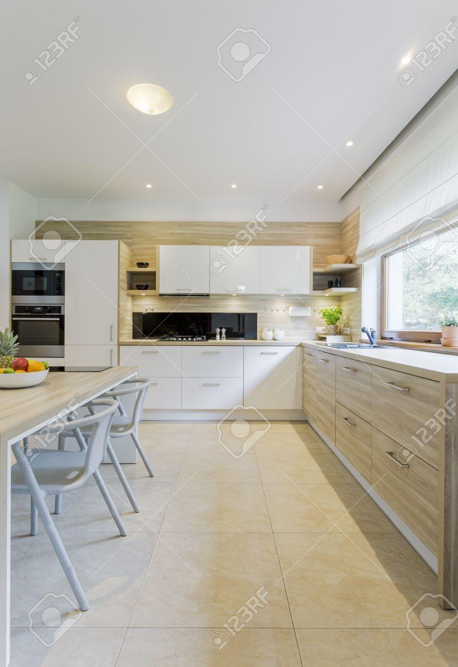 Beige Und Weiße Küche Dekor Mit Fliesenboden, Weiße Schränke Und ...