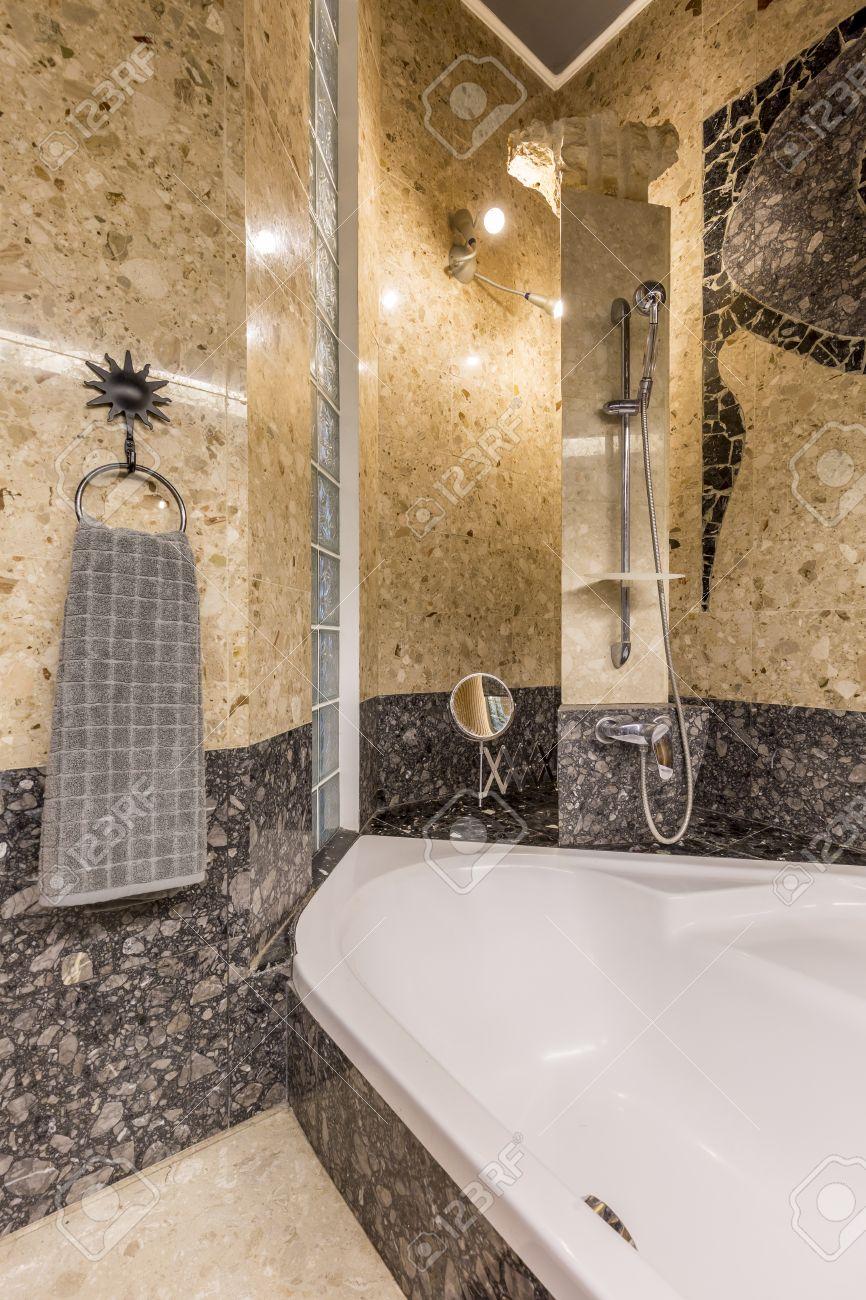 Cuarto De Baño Interior Del País Con La De Oro Y Colous Gris, Con ...