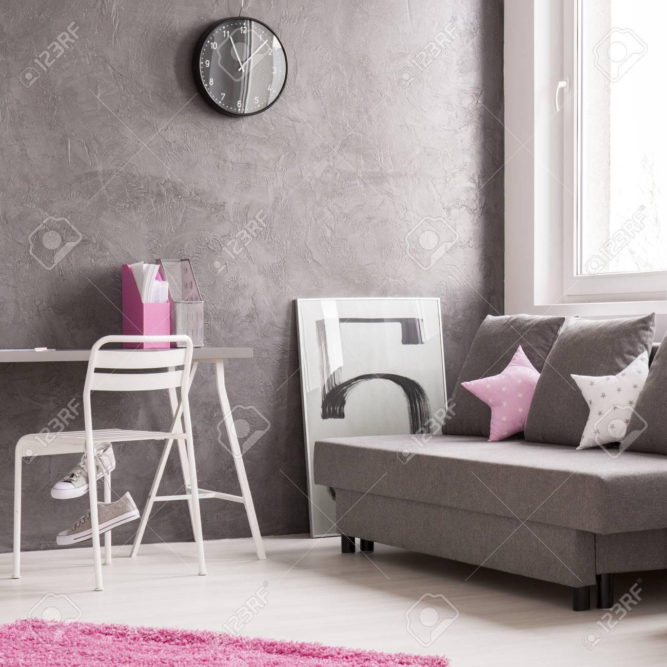 Minimalist Moderne Wohnung Für Studenten In Grau Und Rosa Mit Sofa,  Schreibtisch Und Stuhl Standard