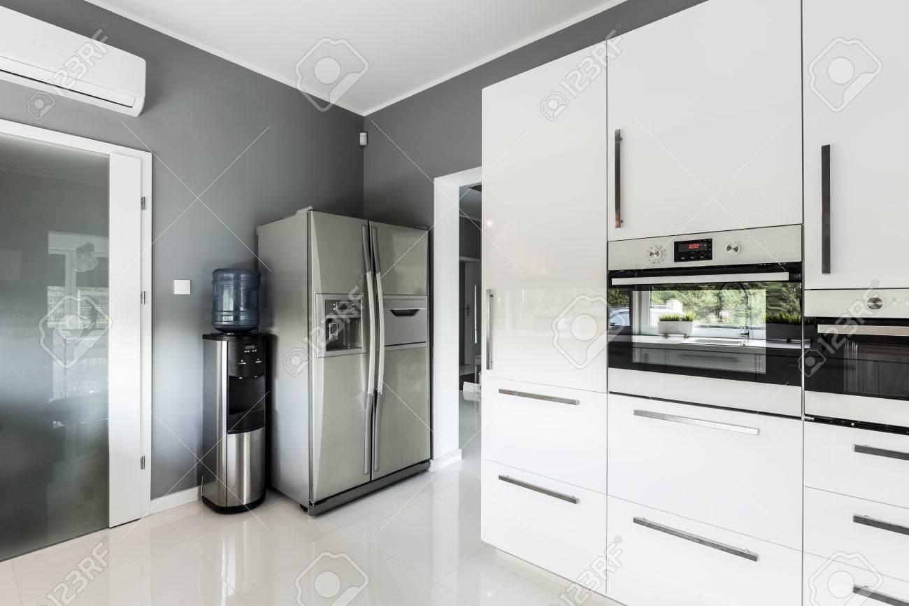 Stilvolle Offene Küche Mit Silber Kühlschrank, Backofen Und Weißen ...