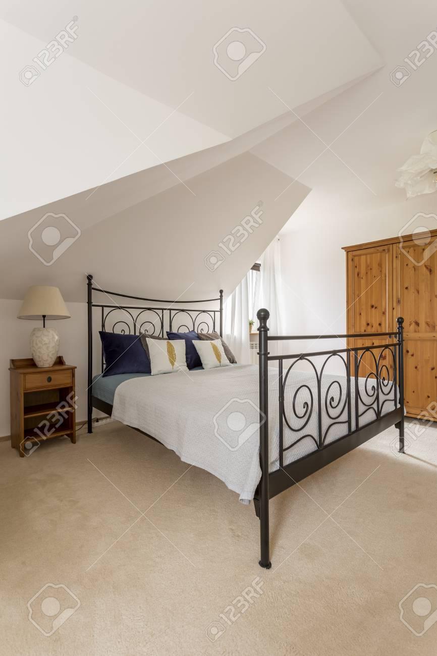 Schuss Von Einem Weißen Schlafzimmer Mit Einem Bett Und Einem Großen ...