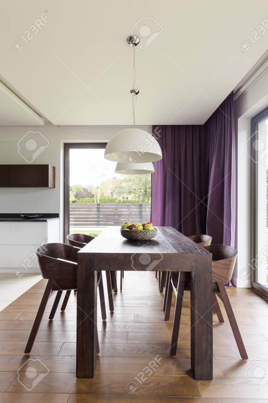 banque dimages table en bois fonc et un ensemble de chaises design dans une salle manger moderne - Chaises Design Salle A Manger
