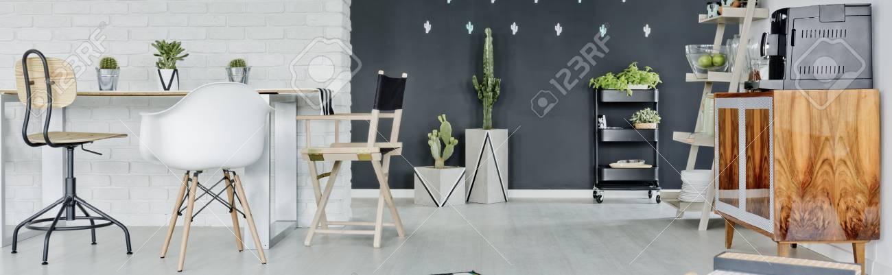 Salon moderne en noir et blanc dans le loft élégant
