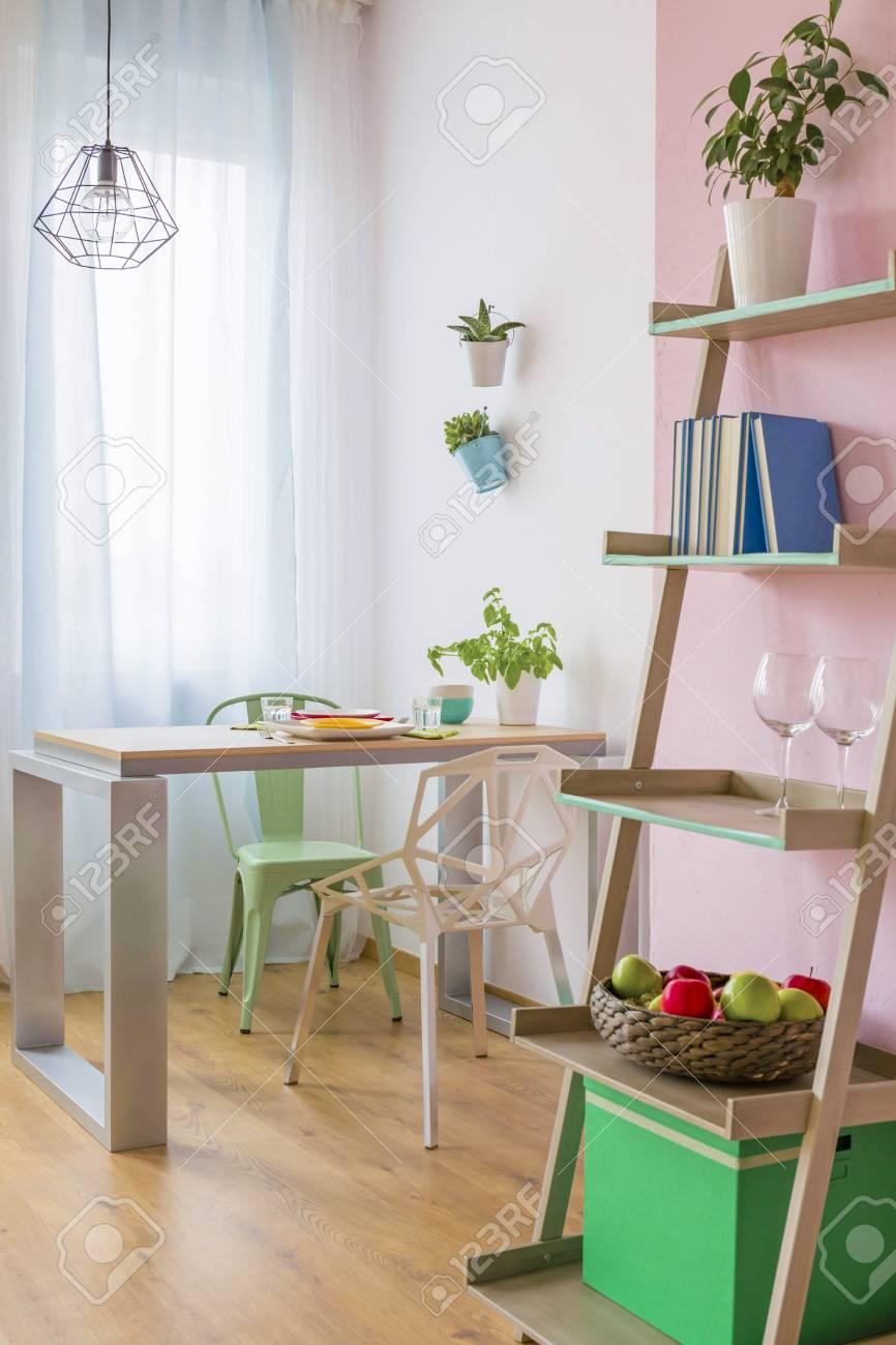 Pequeño Acogedor Comedor Con Muebles En Colores Pastel