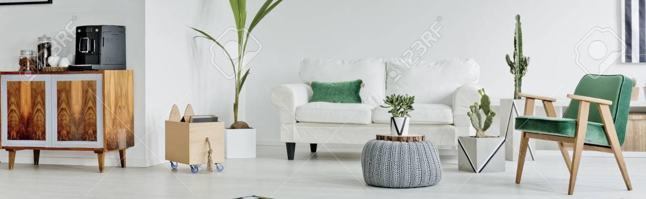 Arredamento elegante di ampio soggiorno con divano bianco e zona caffè