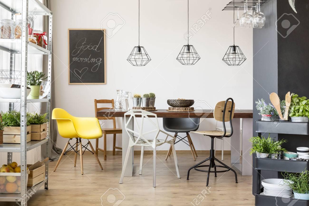 Zimmer Mit Gemeinschaftstisch, Stühlen, Industrieregale Und Wagen ...