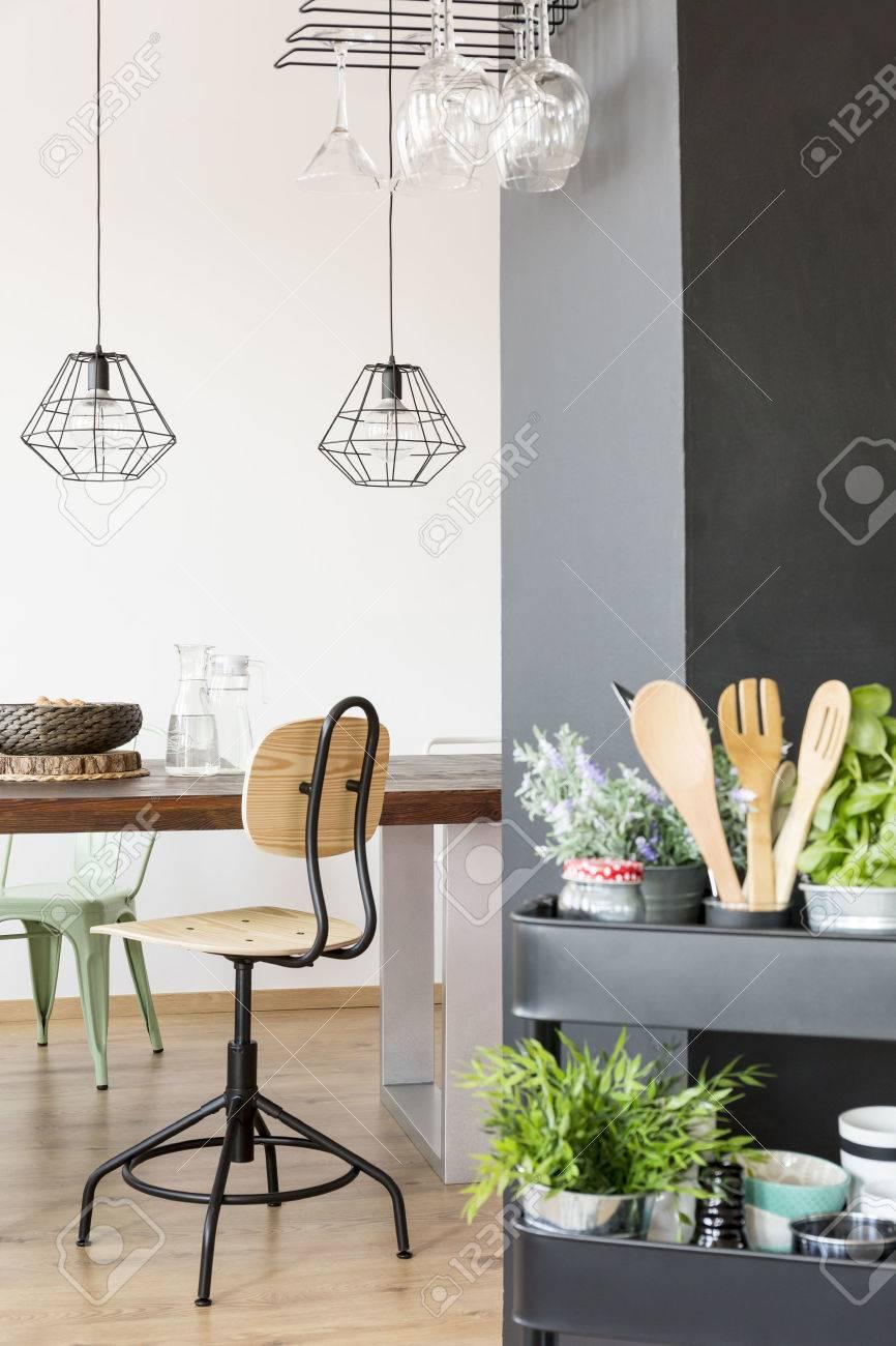 Wohnung Mit Gemeinschaftstisch, Industrielampen, Stuhl Und ...