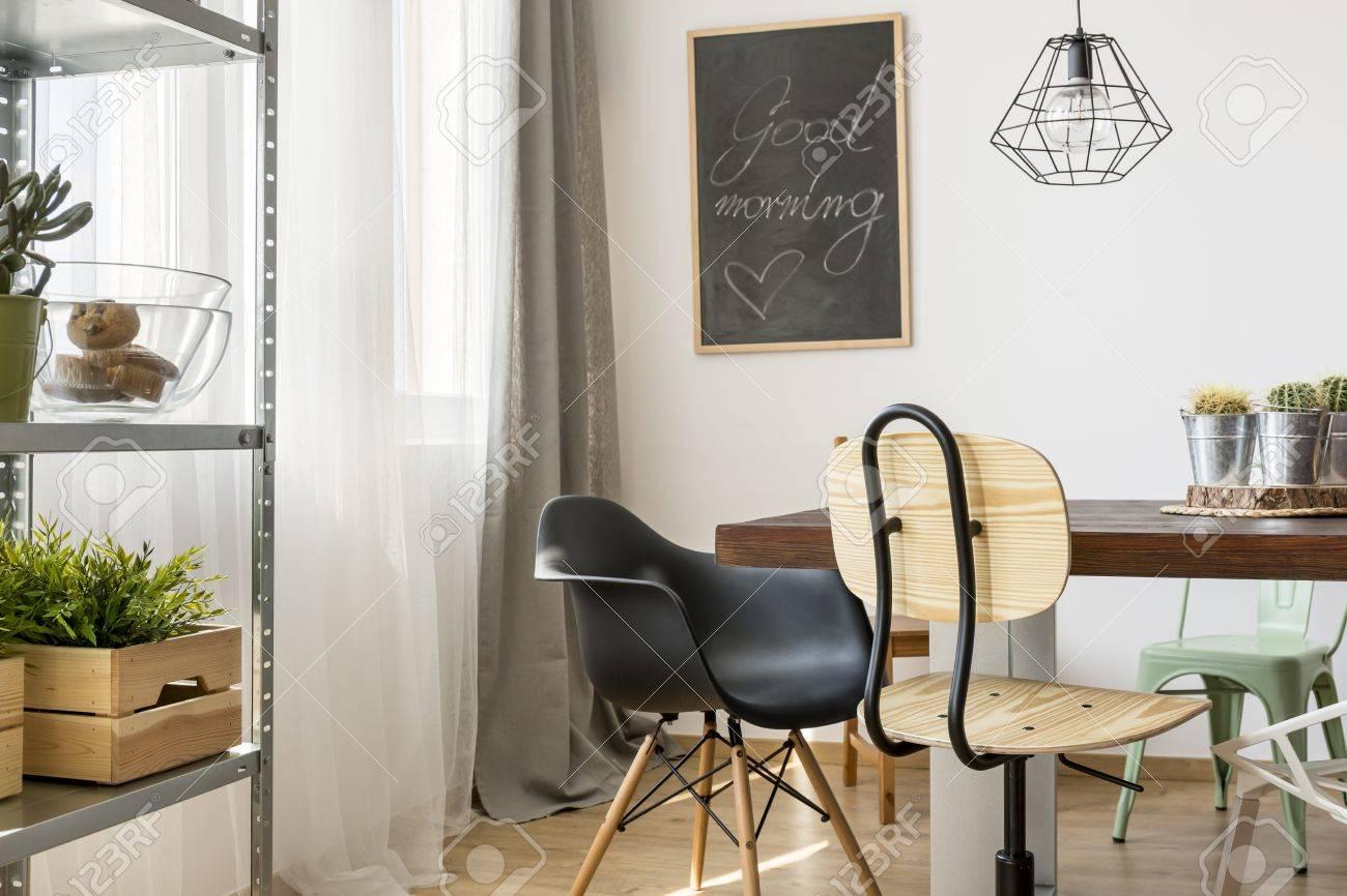 Helle Zimmer Mit Gemeinschaftstisch, Stühle, Industrielle Lampe Und ...