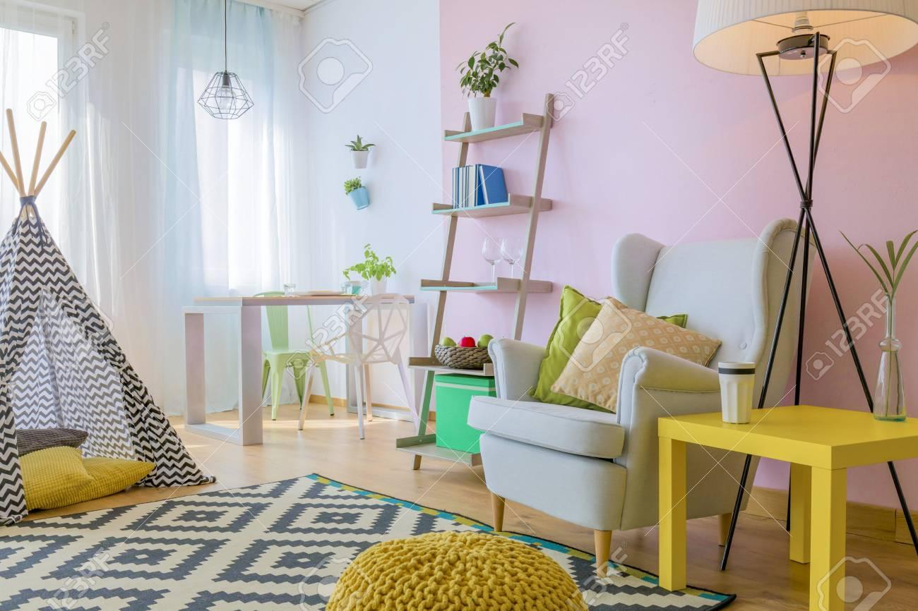 Salon Coloré Moderne Avec Fauteuil Et Tente Banque D\'Images Et ...