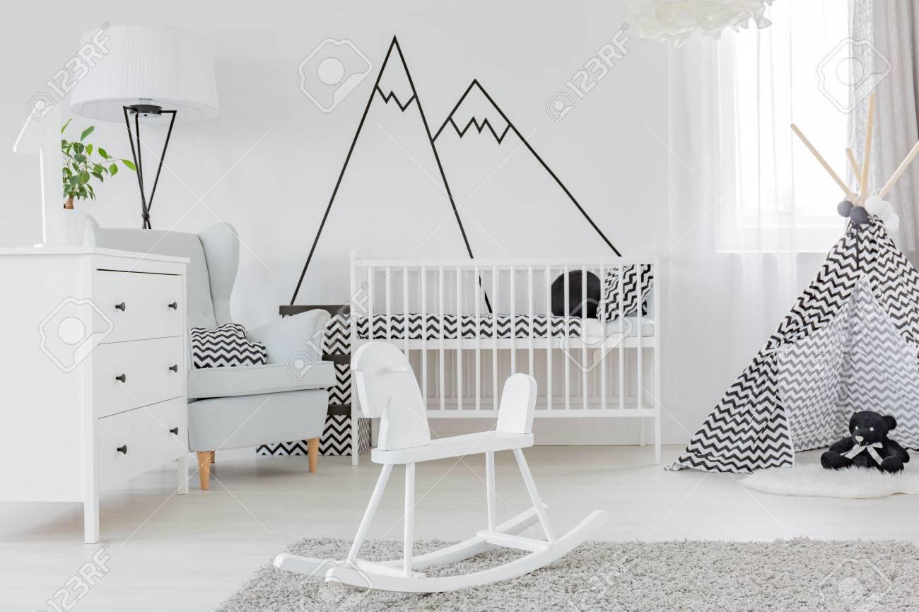 Camera da letto per bambini con decalcomanie decorative a parete, comò e  culla