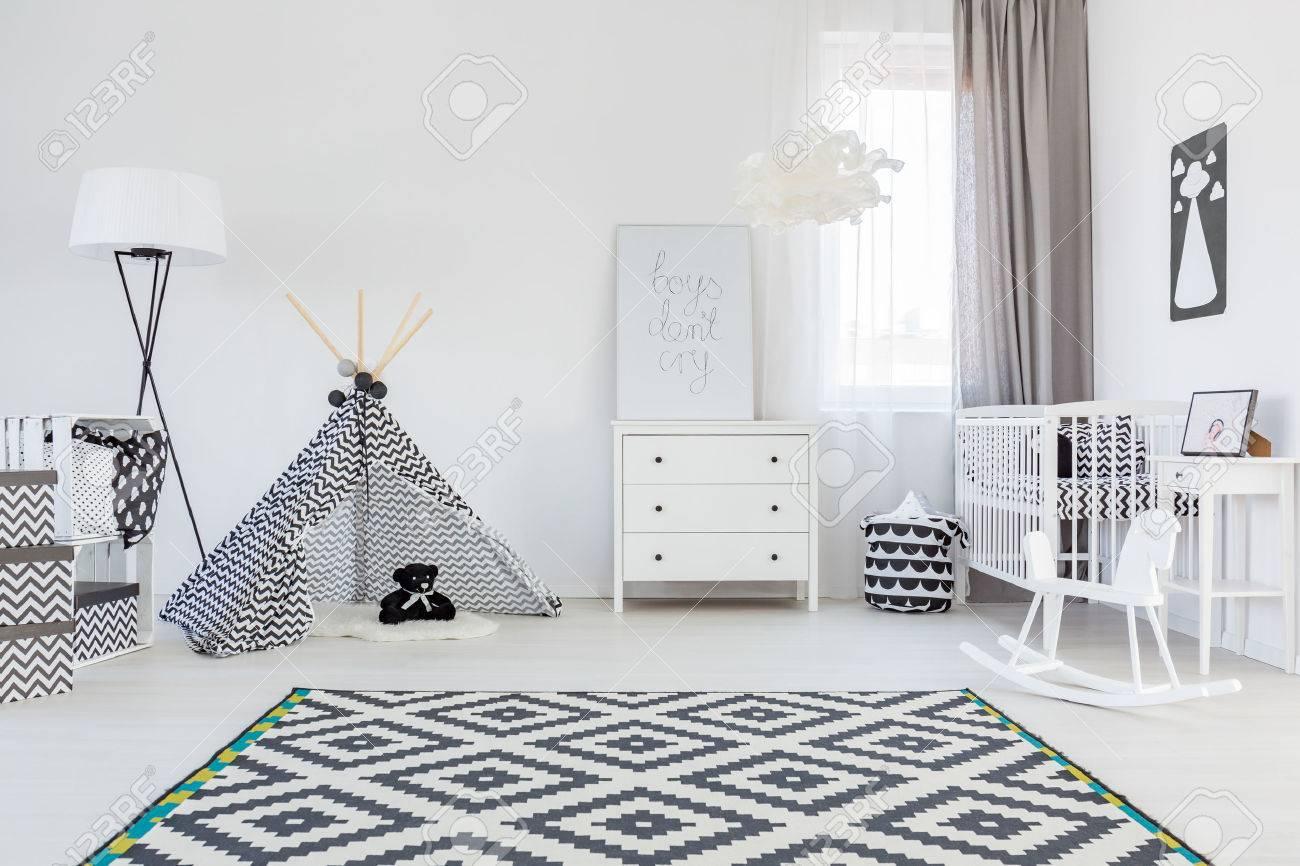 Chambre Bébé Noir Et Blanc Avec Tente Et Tapis Banque D\'Images Et ...