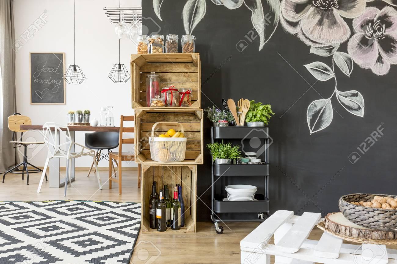 Wohnung Mit Esstisch, Stühlen Und DIY Kiste Lagerung Lizenzfreie ...