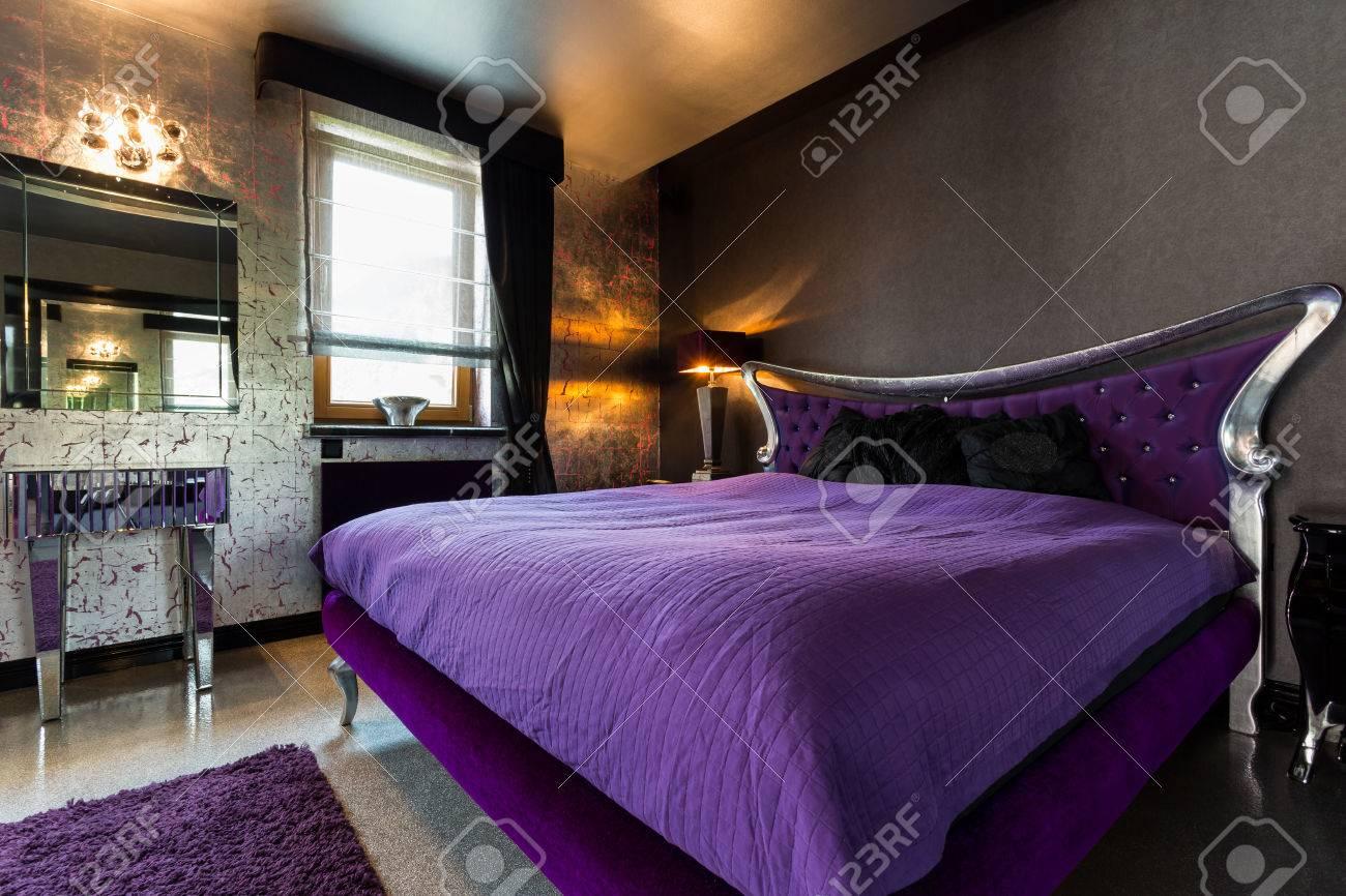 Lit Double Violet Dans Une Chambre Extravagante Avec Des Details En