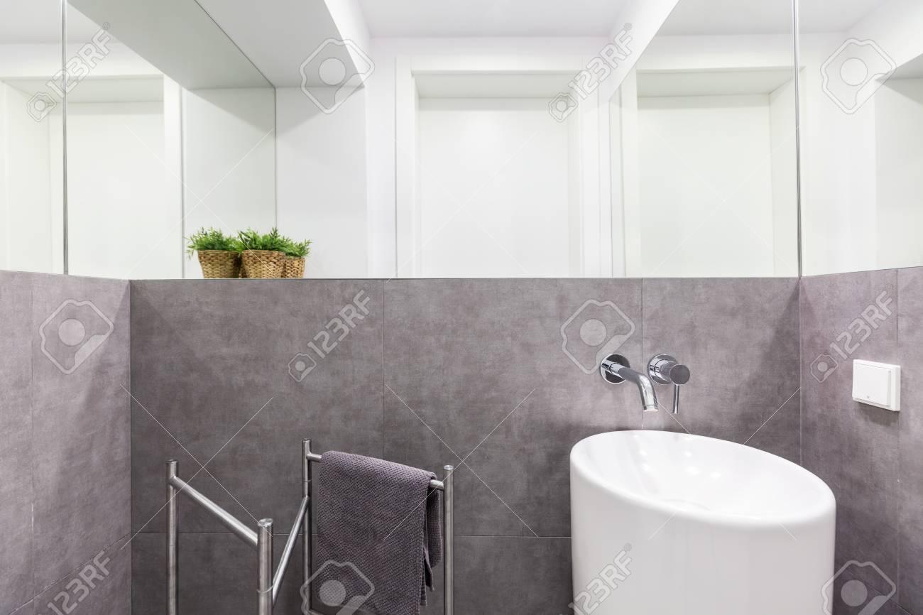 Einfache Kleines Bad Mit Grauen Granitwände, Weiß Moderne Waschbecken Und  Wandspiegel Standard Bild