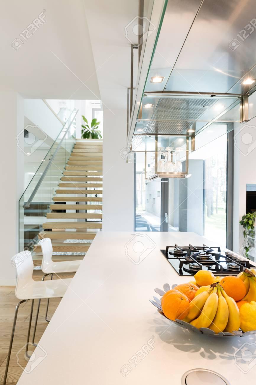 Weiße Küche Gegenoberseite Mit Küche Herd Und Schüssel Mit Obst Und ...