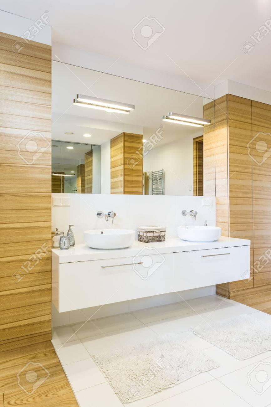 große, geräumige badezimmer fertig in holz mit großem spiegel und