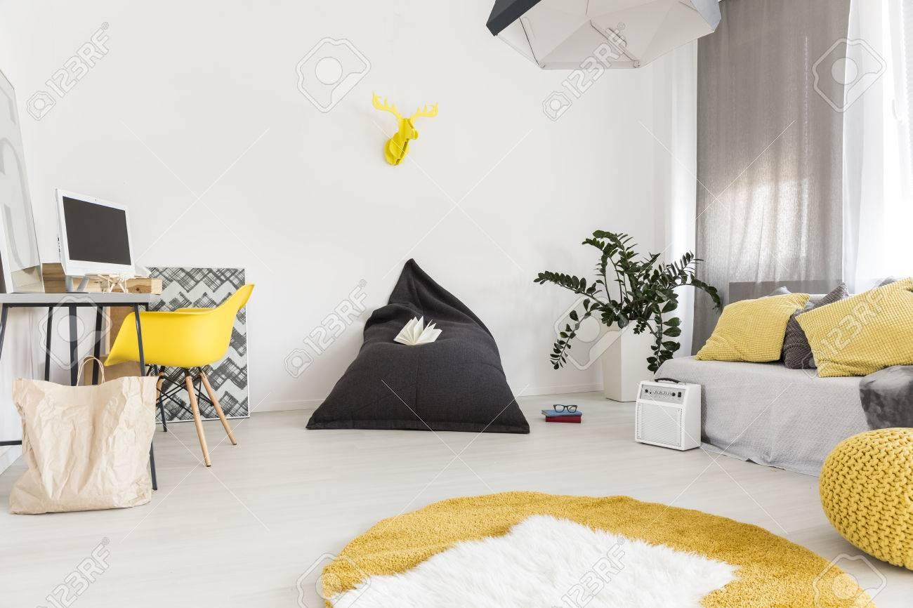 Gemütliches Und Helles Wohnzimmer Mit Gelben Teppich Und Puff Standard Bild    67603886