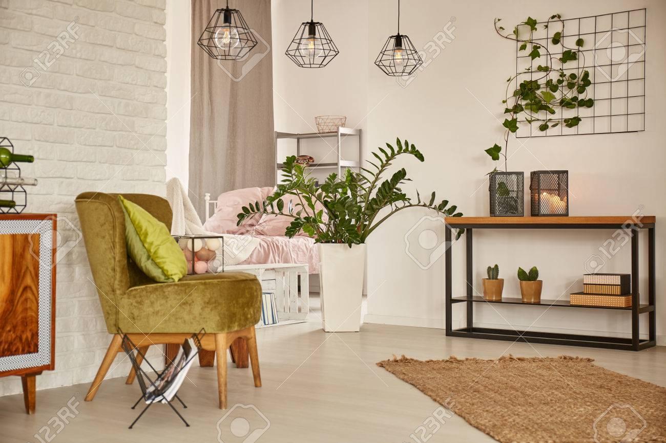 White Home Interieur Mit Grünen Sessel Und Mauer Lizenzfreie Fotos ...