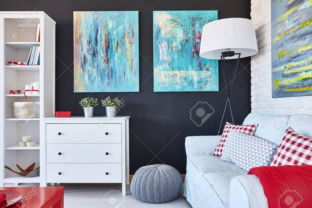 Soggiorno dal design creativo con divano, cassettiera, armadio e pittura