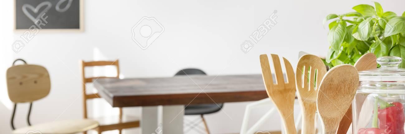 Küchenutensilien Aus Holz, Tisch Und Stühle Im Esszimmer Standard Bild    68146696