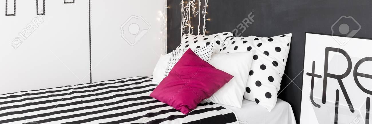 Interieur De La Maison Noir Et Blanc Avec Lit Confortable Literie A