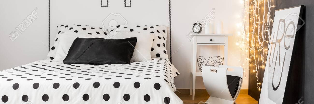 Monochromatisches, Modernes Schlafzimmer Mit Großem Bett, Musterbettwäsche  Und Weihnachtsbeleuchtung Standard Bild   68146968