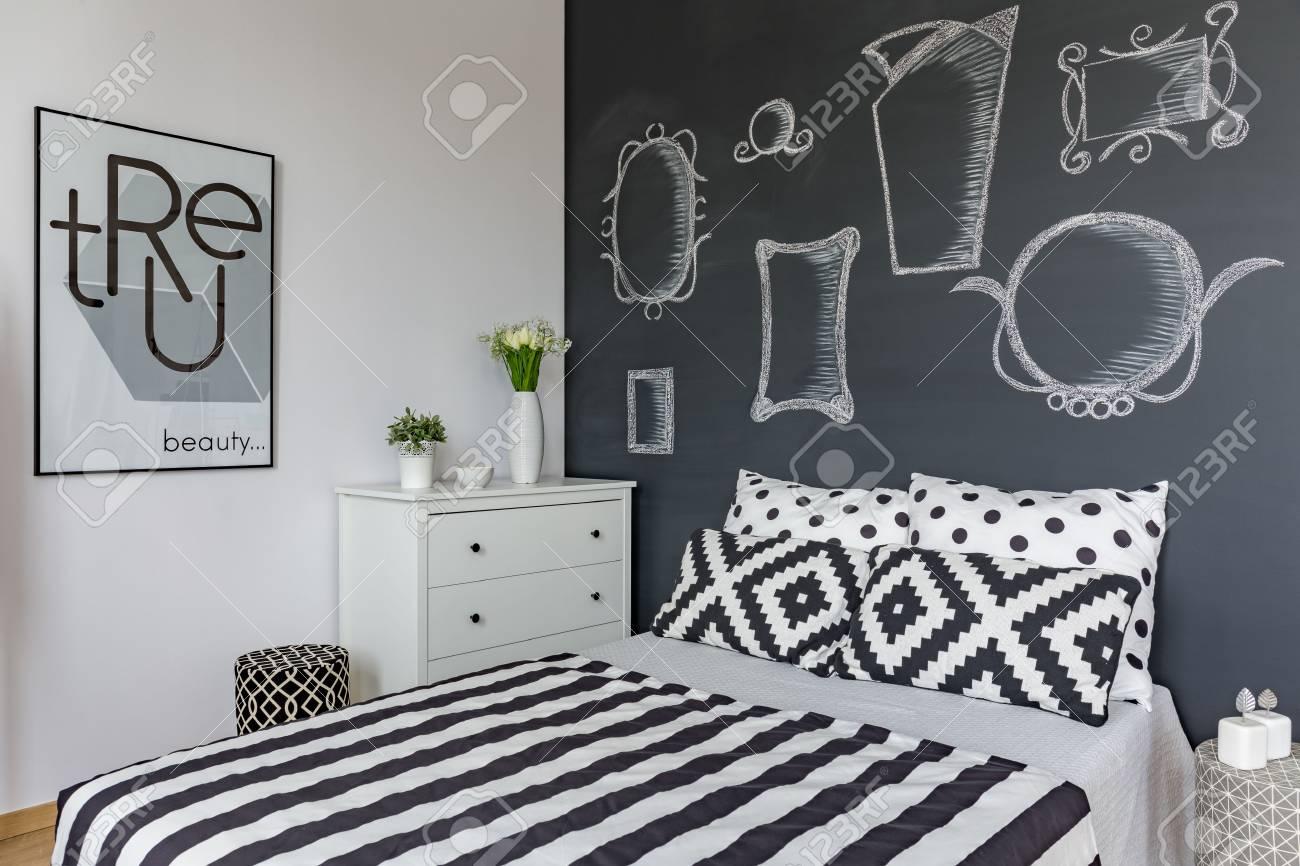Spiegel Zeichnen Auf Der Tafel über Dem Großen Bett Im Schlafzimmer ...
