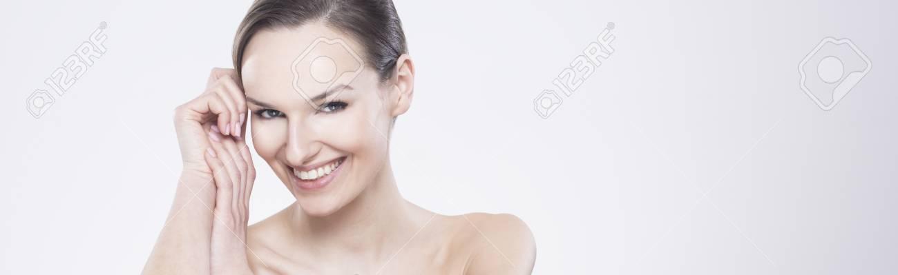af37a540a Foto de archivo - Panorama iluminado de uma mulher sorridente e  descontraída com um aspecto bonito e natural