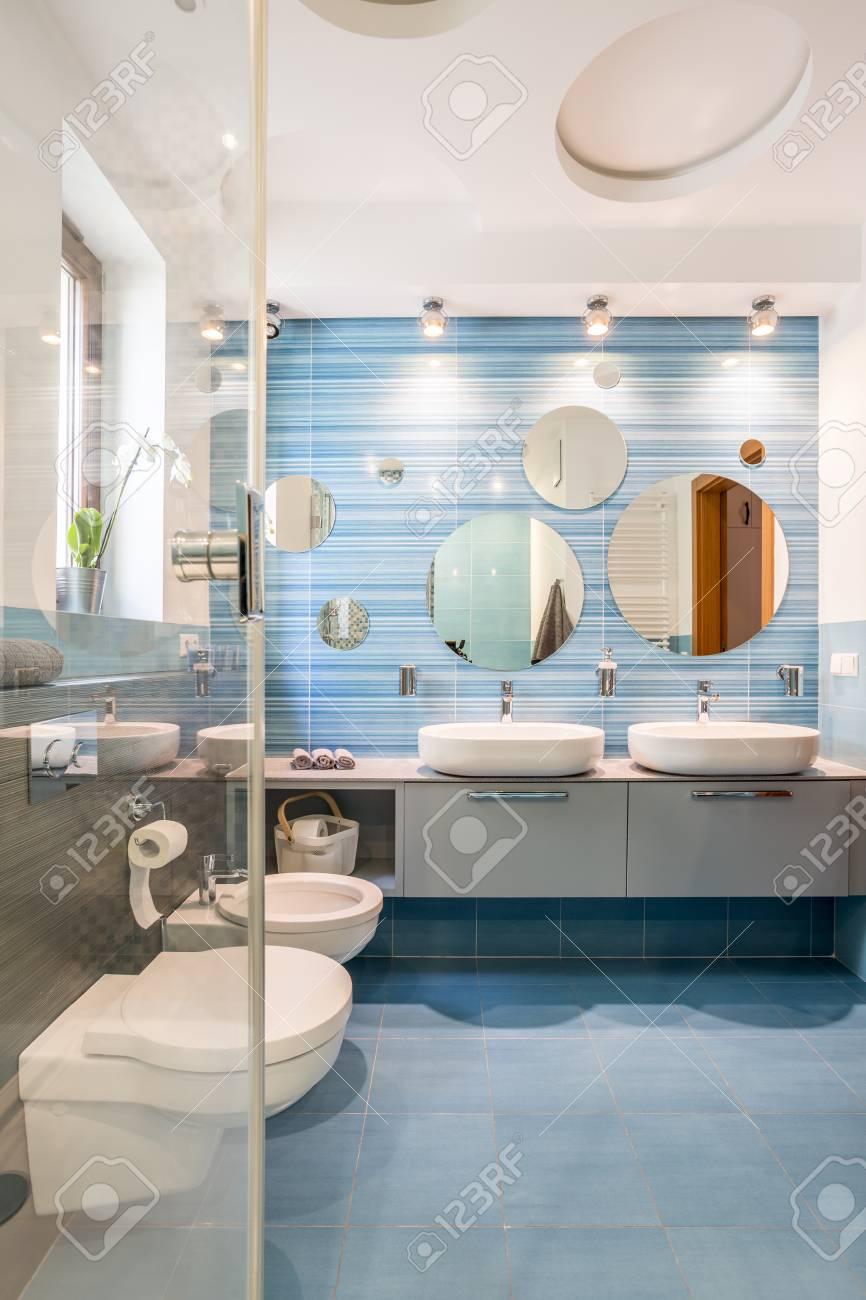 Blaues Badezimmer Für Zwei Mit Waschbecken Und Toilette Lizenzfreie ...